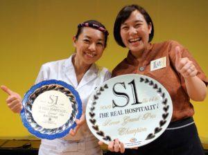 優勝した高橋夏穂さん(右)と審査員特別賞を受賞した鈴木志麻さん